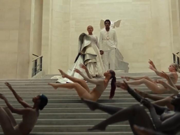 Beyonce dan Jay Z di video klip terbaru. Foto: Dok. YouTube/Apes**t