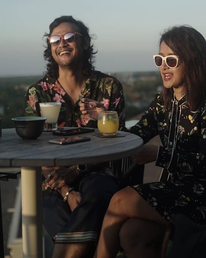 Bersama dengan sang istri, Widi Mulia. Dwi Sasono terlihat asyik ngobrol santai sambil menikmati minuman dingin. Lagi ngomongin apa ya? Foto: Instagram @dwisasono