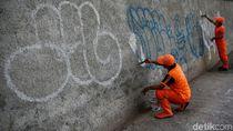 Petugas PPSU Bersihkan Coretan Vandalisme di Mampang