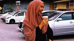 Meski tampil dengan hijab panjang, wanita cantik ini tidak ragu untuk juggling bola. Kemampuannya bisa bikin mulut menganga lho. Kamu bisa?