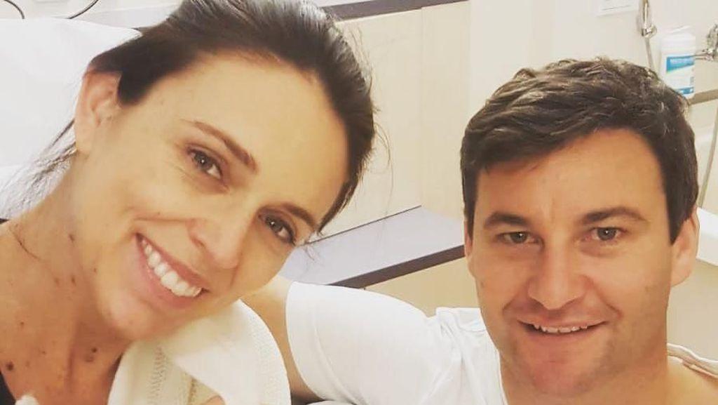 Senyum Bahagia PM Selandia Baru dan Pacar Usai Melahirkan