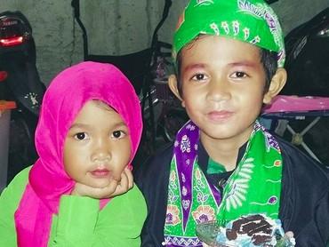 Aih, manisnya dua anak ini pakai baju adat betawi bernuansa hijau. Lihat gaya si none kecil, nggemesin banget kan? (Foto: Instagram/ @syifakitty08)