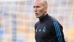 Di balik aksi brilian di lapangan hijau, sederet bintang sepakbola rupanya berjuang dengan kerontokan rambut. Sebut saja Zidane, Rooney, hingga Caballero.