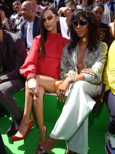 Bella Hadid dan Naomi Campbell di front-row Louis Vuitton. Turut hadir Kim Kardashian, Kanye West, dan Rihanna.