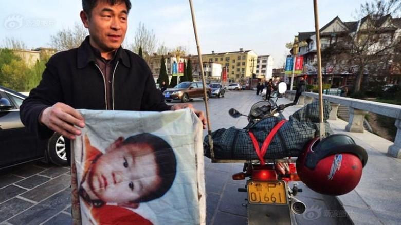 Guo Gangtang selama dua dekade terakhir mencari putranya yang hilang. Foto: Shanghaiist