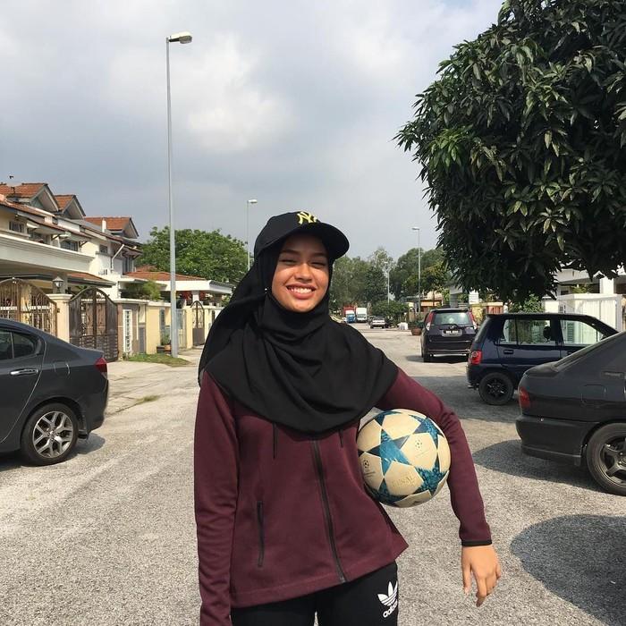 Qhouirunnisa Syasya menarik perhatian karena ia memakai baju dan kerudung yang panjang namun masih bisa lihai memainkan bola di kakinya. (Foto: Instagram/qhouirunnisa)
