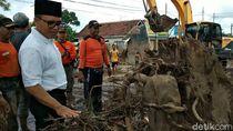 Kunjungi Korban Banjir Bandang, Ini Kata Bupati Anas