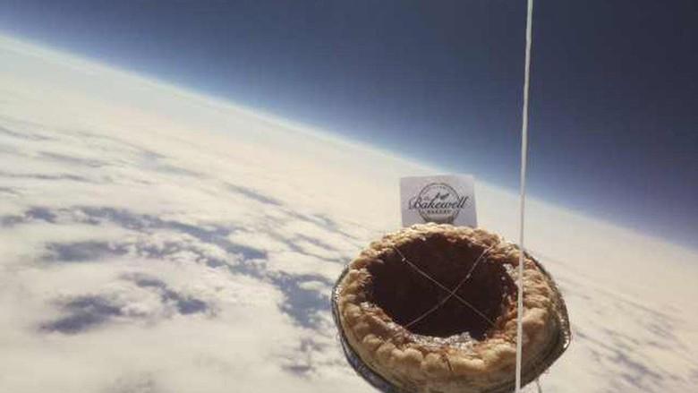 Sepotong Kue Puding Diluncurkan ke Luar Angkasa Tapi Hilang Lenyap