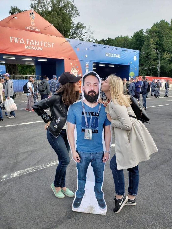 Pria tersebut bernamaJavier asal Meksiko. Keinginannya berkunjung ke Rusia untuk nonton langsung piala dunia 2018 sudah diimpikannya sejak 4 tahun silam. (Foto: Instagram/IngueSuMatrushka)