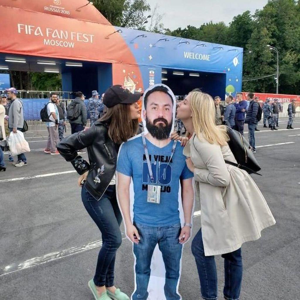 Dilarang Istri Nonton Piala Dunia, Pria Ini Menyamar Jadi Kardus