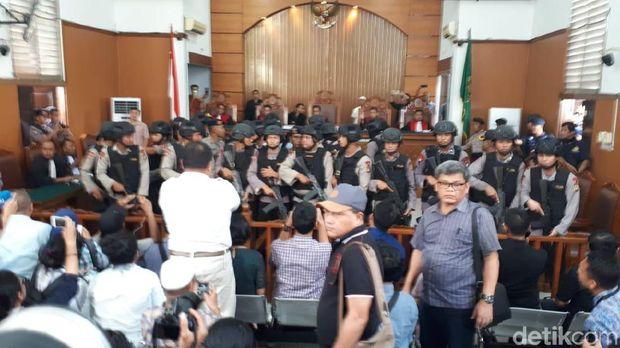 Polisi bersenjata memagari Aman Abdurrahman yang divonis hukuman mati
