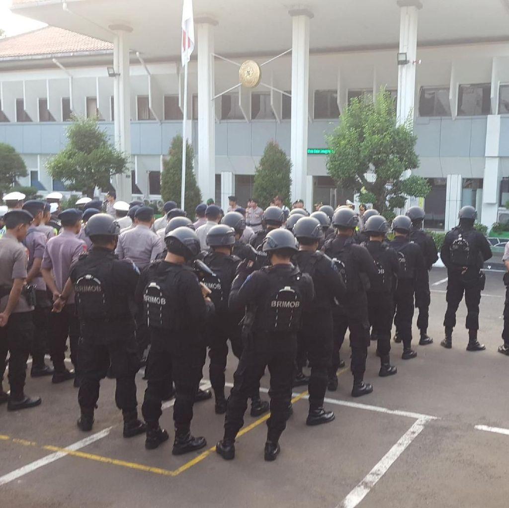 Foto: Pengamanan Ketat Jelang Vonis Aman Abdurrahman