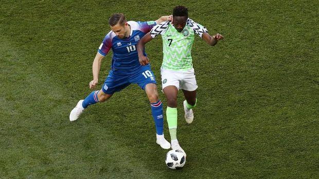 Pemain timnas Islandia Gylfi Sigurdsson berduel dengan pemain Nigeria Ahmed Musa, di Volgograd Arena, Volgograd, Rusia, 22 Juni.