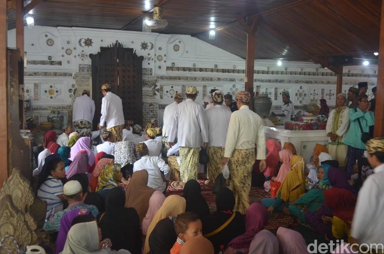 Peziarah Serbu Tradisi Grebeg Syawal Keraton Kanoman Cirebon