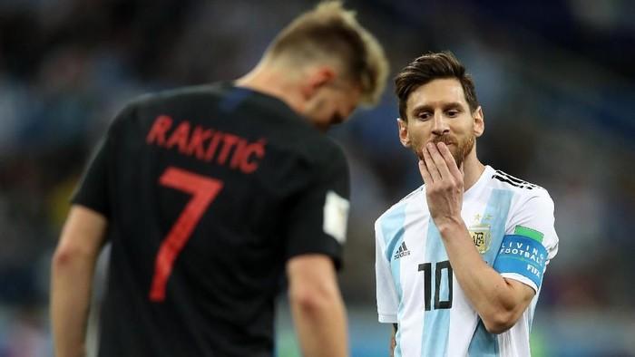Dari gesture yang tampak di layar kaca, Lionel Messi tampak sedang sangat stres (Foto: Clive Brunskill/Getty Images)