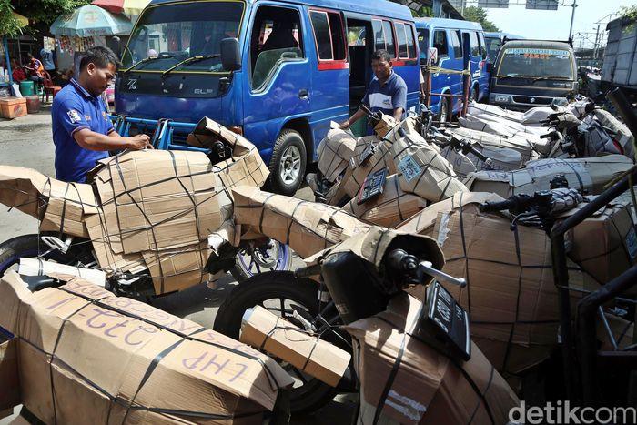 Seperti di Stasiun Bekasi ini. Jasa pengiriman motor masih terlihat ramai didatangi warga disekitar Jalan H. Juanda, Kota Bekasi.
