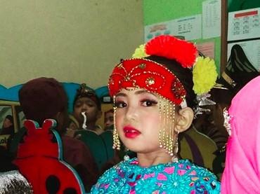 Dibalut pakaian adat wanita Betawi, gadis kecil yang satu ini makin cantik. (Foto: Instagram/ @desipratomo)
