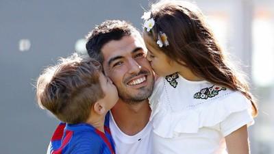 Foto-foto Ini Bukti Luis Suarez Sosok Ayah yang Penyayang