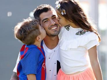 Pemain yang membela negaranya Uruguay ini disayang banget sama anak-anaknya. (Foto: Instagram/luissuarez9)