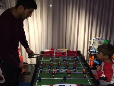 Quality time sama si bungsu dengan main bola versi mini. He-he. (Foto: Instagram/luissuarez9)