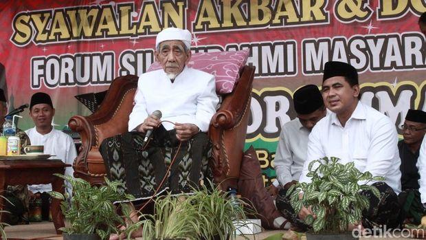 KH Maimoen Zubair saat menghadiri Syawalan Akbar dan Doa Bersama Forum Silaturrahmi Masyarakat Magelang.