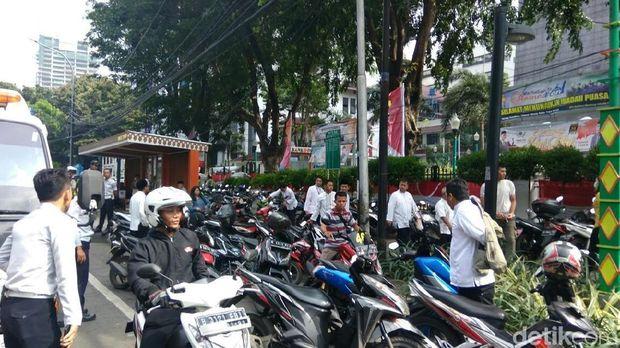 Petugas Dishub meminta kendaraan diparkir di IRTI Monas