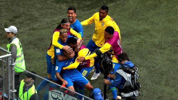 Timnas Brasil ketika merayakan keberhasilan mencetak gol ke gawang Kosta Rika.