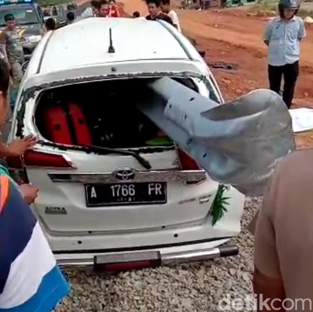 Di Pekalongan, Mobil Tabrak Pembatas Jalan dan Mobil Terbakar