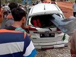 Nahas, Mobil Rusak Parah Tertembus Besi Pembatas Tol
