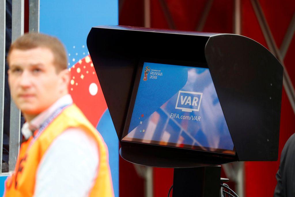 Video assistant referee (VAR) merupakan teknologi yang dapat membantu wasit dalam mengambil keputusan dalam pertandingan sepak bola. Foto: REUTERS