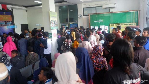 Antrean warga urus administrasi di Disdukcapil Banjarnegara