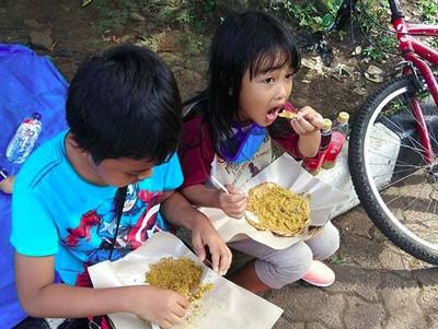 Lihat Anak-anak Ini Makan Kerak Telor, Bikin Ngiler Deh