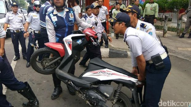 Dishub Angkut Motor yang Parkir di Trotoar Depan Gedung DPRD DKI