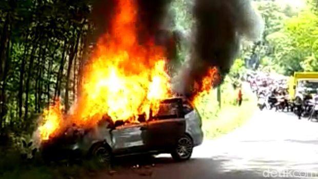 Mobil terbakar di Pekalongan