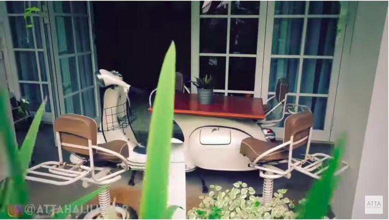 Vespa tua jadi meja di Rumah Raffi Ahmad. Foto: Screenshot Youtube/Atta Halilintar