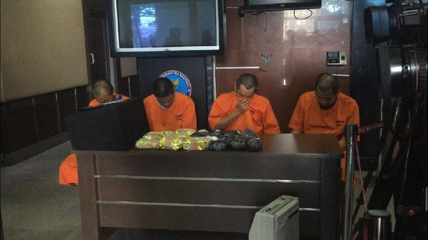 4 Kurir narkoba ini diberi upah Rp 300 juta.