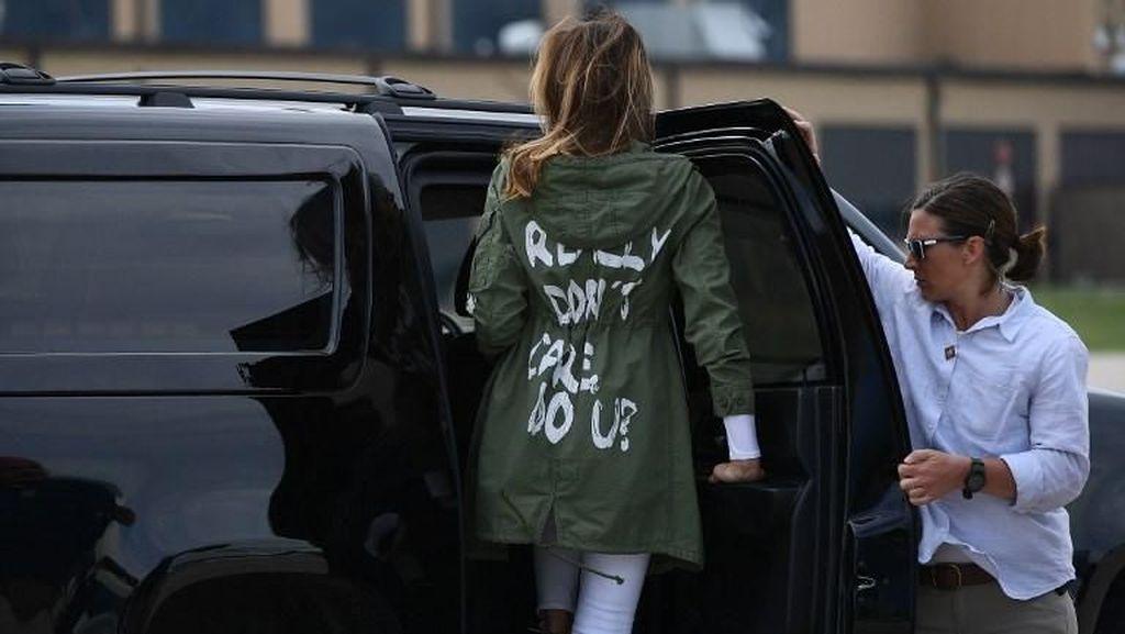 Jaket Melania Trump Saat Kunjungi Anak-anak Imigran Bikin Heboh