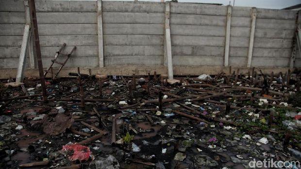 Masih Banyak Sampah Berserakan di Kawasan Pantai Marunda
