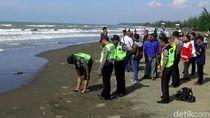 Seorang Bocah Hilang Tergulung Ombak di Pantai Sigandu Batang