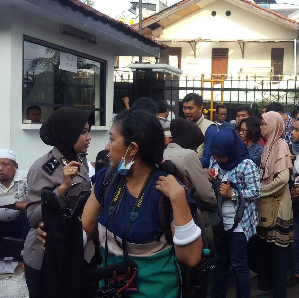 Polisi Cek Tas Hingga ID Card Pengunjung Sidang Aman Abdurrahman