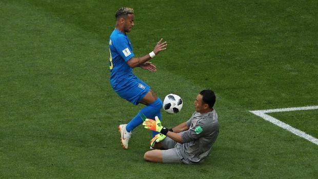Penjaga gawang timnas Kosta Rika Keylor Navas menghadang laju pemain Brasil Neymar, dalam pertandingan di Saint Petersburg Stadium, Saint Petersburg, Rusia, 22 Juni.