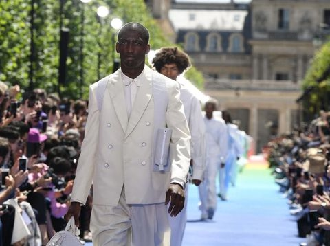Busana serba putih membuka fashion show perdana Virgil Abloh 'Off-White' untuk Louis Vuitton.