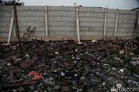Sampah di kawasan Pantai Marunda