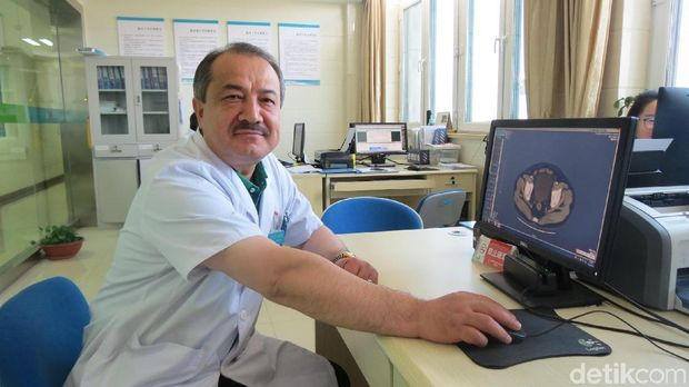 Dr Ali Jan, dokter muslim Uyghur di Changji City Second Hospital (Fitraya/detikHealth)