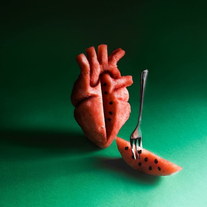 Keren! Kok bisa ya buah semangka dibuat menyerupai bentuk jantung manusia. Bahkan bijinya yang hitam ditata dengan rapi oleh Sheiku di bagian dalam buah ini. Foto: Instagram sheiku