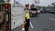 Truk Boks Terguling di Tol Sedyatmo arah Bandara Soetta