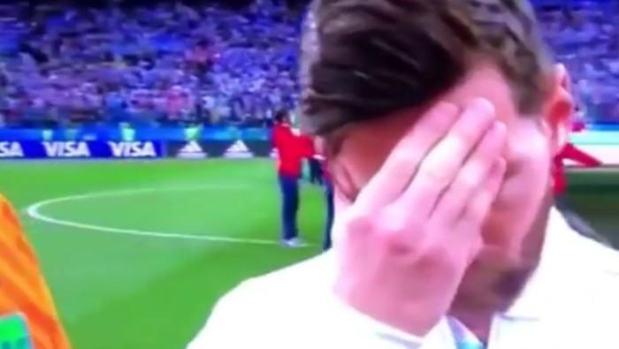 Gestur tubuh Messi yang menutupi wajahnya. Foto: Instagram