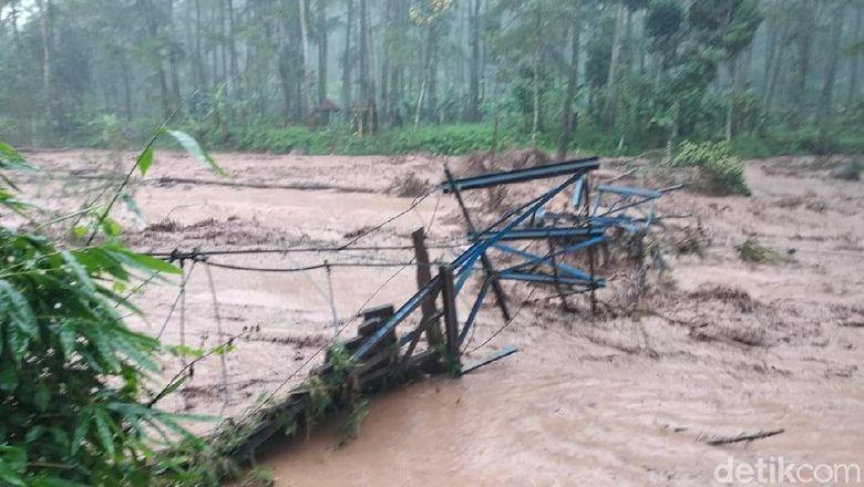 banjir bandang di banyuwangi rusak sawah dan destinasi wisata
