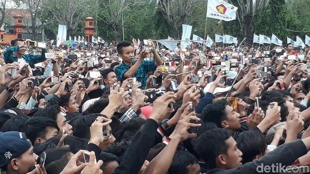 Anak-anak muda menikmati musik yang dibawakan Grup Gambus Sabyan di kampanye Sudirman Said di Brebes.