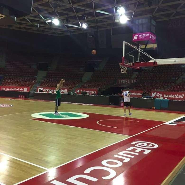 Latihan shooting Mats Hummels di lapangan basket. (Foto: instagram/aussenrist15)